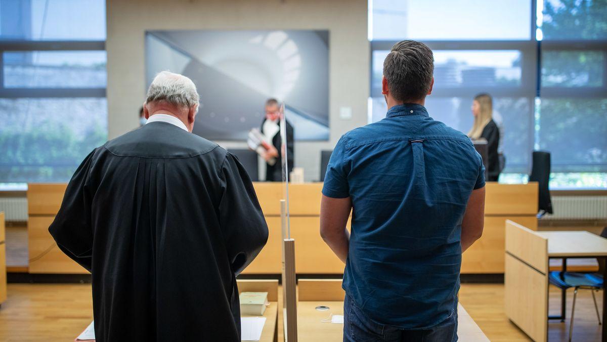 Der verurteilte Polizeischüler und sein Anwalt im Gerichtssaal.