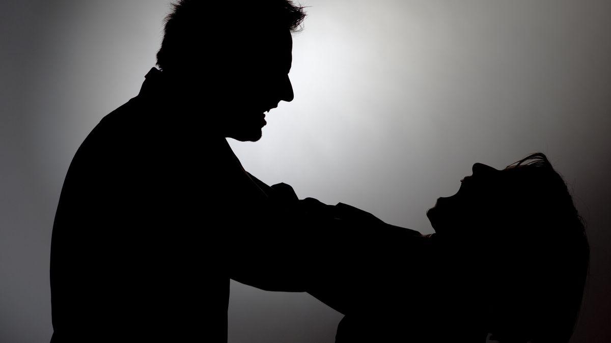 Mann würgt Frau (Schatten, Symbolbild)