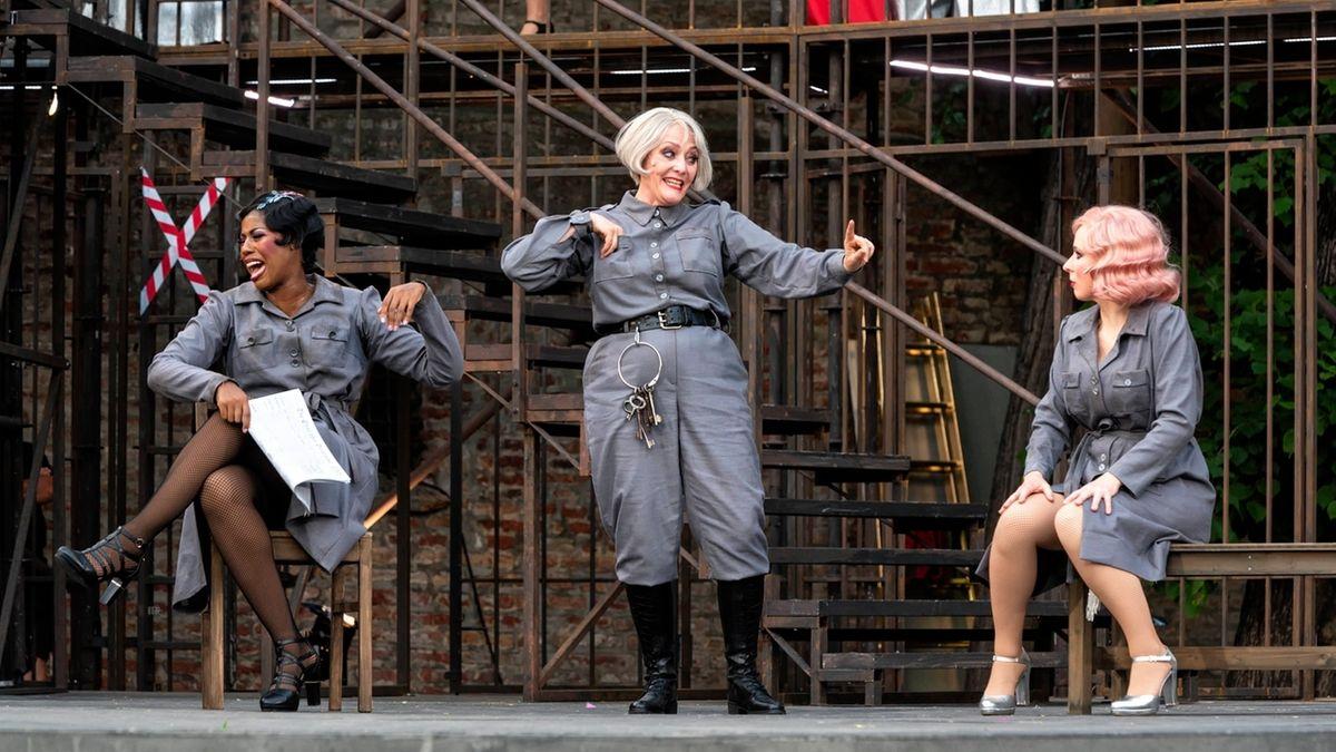 """Drei Frauen im Gefängnis: Eine Szene aus dem Musical """"Chicago"""", das auf der Augsburger Freilichtbühne aufgeführt wird."""