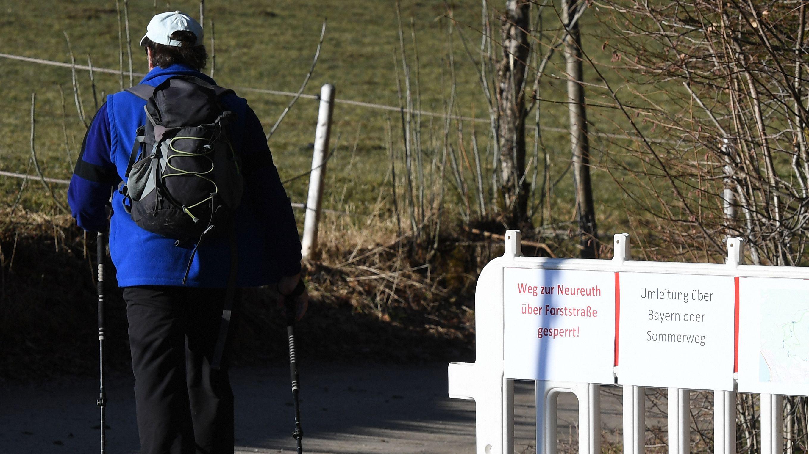 Wegsperre auf dem Winterweg zum Berggasthof Neureuth.  Dieser war wegen eines drohenden Hangrutsches geschlossen.