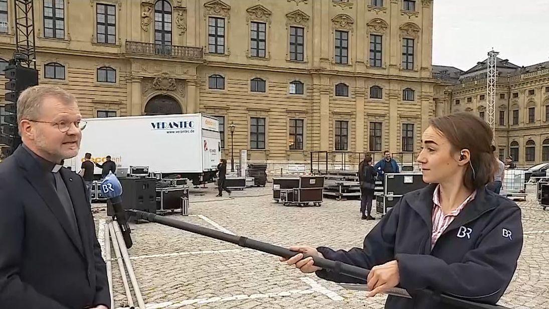Carolin Hasenauer interviewt Dompfarrer Jürgen Vorndran