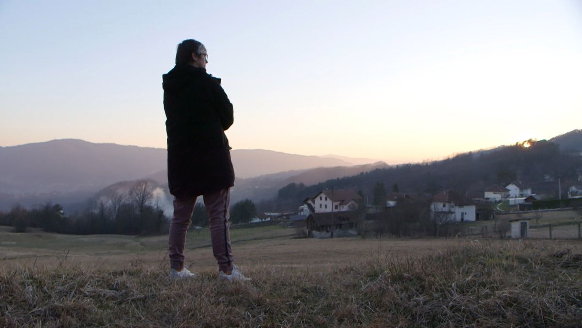 """Ajna Jusic, Vorsitzende des Vereins """"Forgotten Children of War Association"""", steht vor ihrem Dorf"""