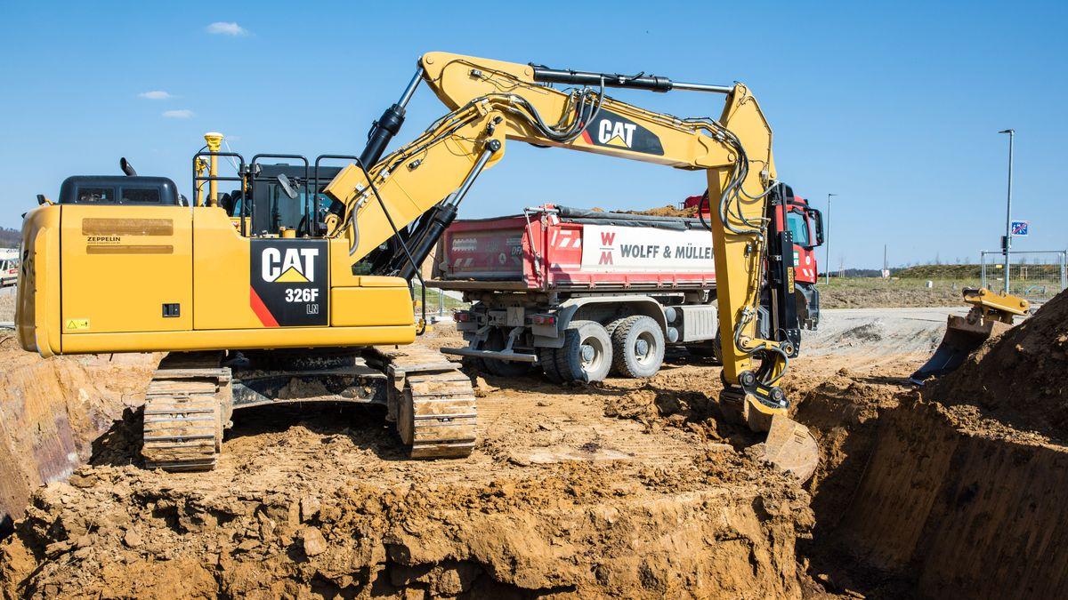 Bauarbeiter der IG Bau wollen in Erlangen mit Baggern für höhere Löhne demonstrieren