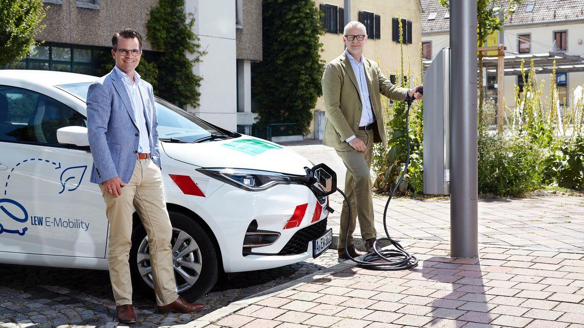 Das Elektroauto an der Straßenlaterne laden: Donauwörths Oberbürgermeister Jürgen Sorré (links) und LEW-Vorstandsmitglied Dr. Markus Litpher
