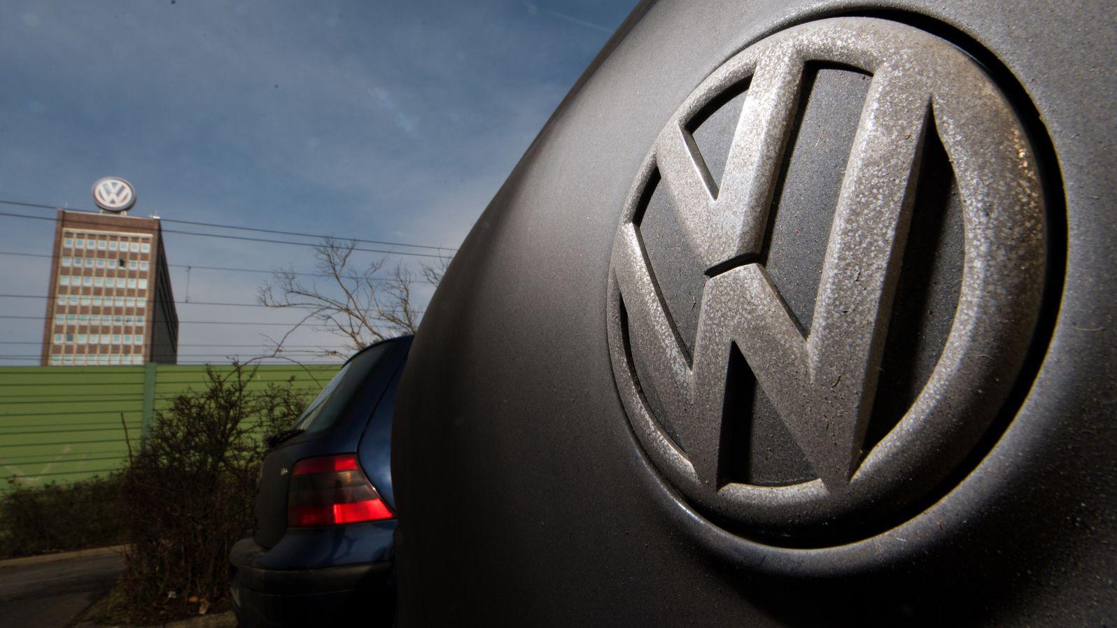 VW vor dem Hauptsitz des Konzerns in Wolfsburg