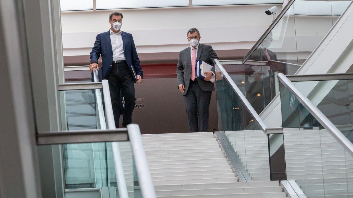 Bayerns Ministerpräsident Söder (l., CSU) und Staatskanzleichef Herrmann (r., CSU) in der Staatskanzlei, aufgenommen am 18.05.21.