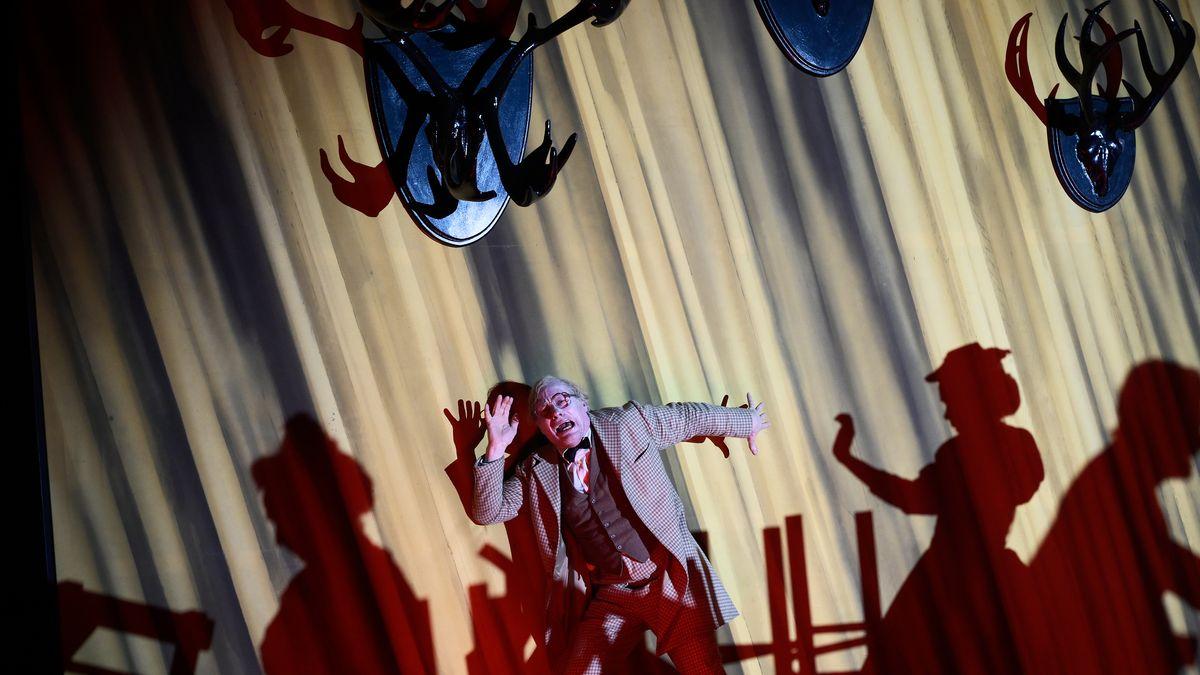 """Theatermacher Bruscon (Wolfram Koch) im Gasthof Schwarzer Hirsch, der mit vielen Geweihen bestückt ist: Szene in """"Der Theatermacher"""""""