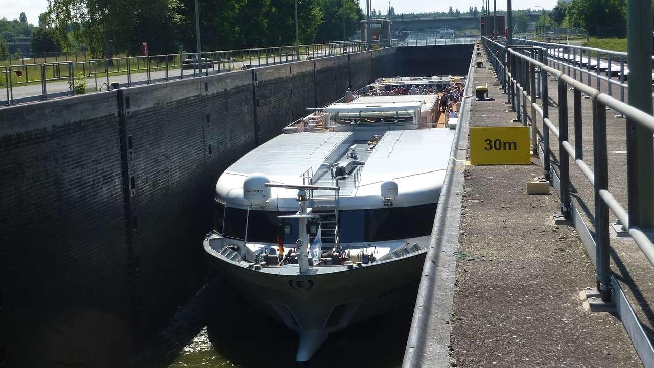 Ein Flusskreuzfahrtschiff in der Schleuse Nürnberg