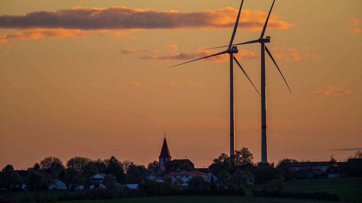 Archiv: Windräder stehen in unmittelbarer Nähe einer Wohnsiedlung am Rand eines Dorfes, Baden-Württemberg, Deutschland