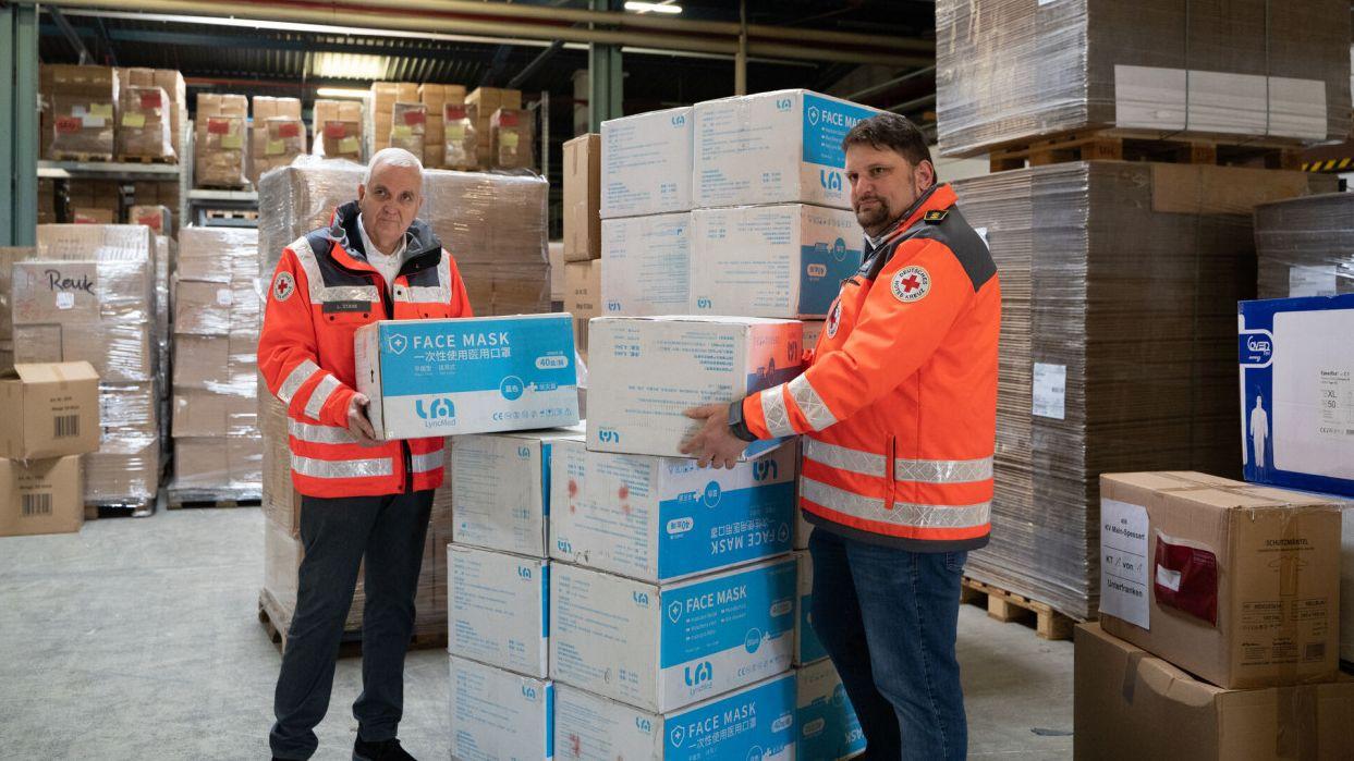 Rot-Kreuz-Mitarbeiter im Materiallager