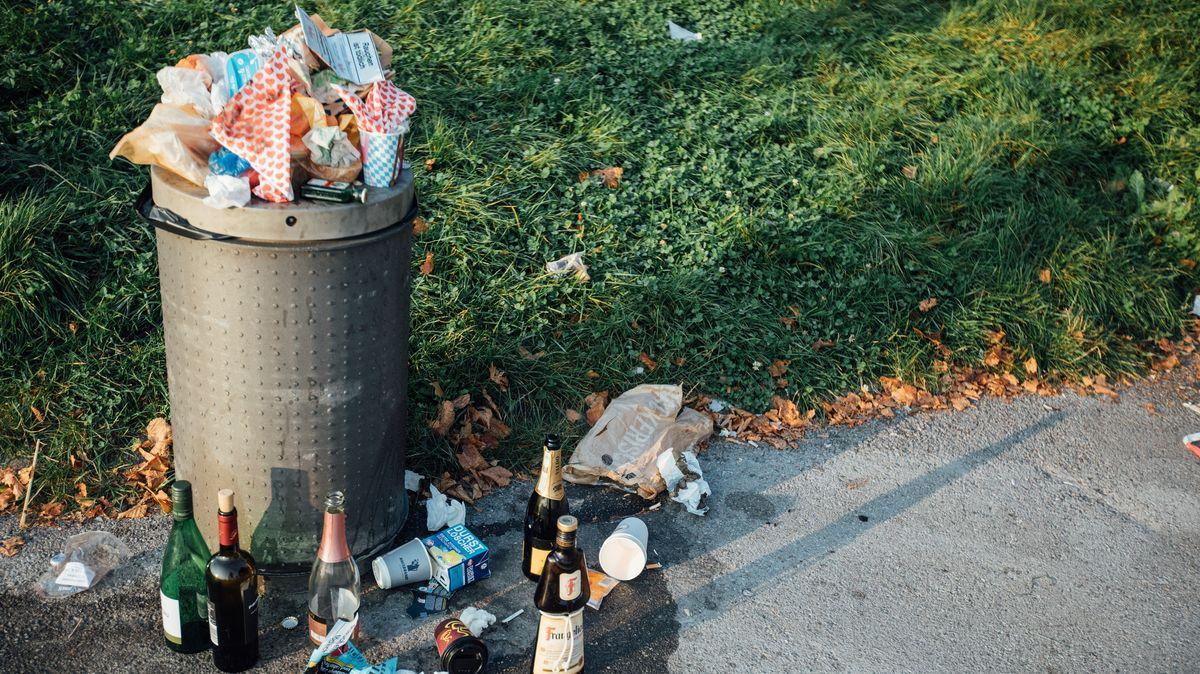Ein überfüllter Mülleimer.