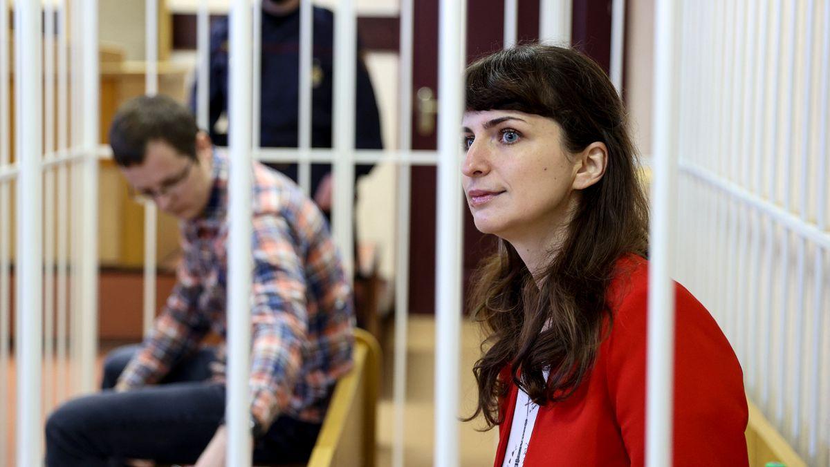 Die Belarusische Journalistin Katsiaryna Barysevich und Artom Sorokin warten am 19.2.2021 auf eine gerichtliche Anhörung in Minsk, Belarus