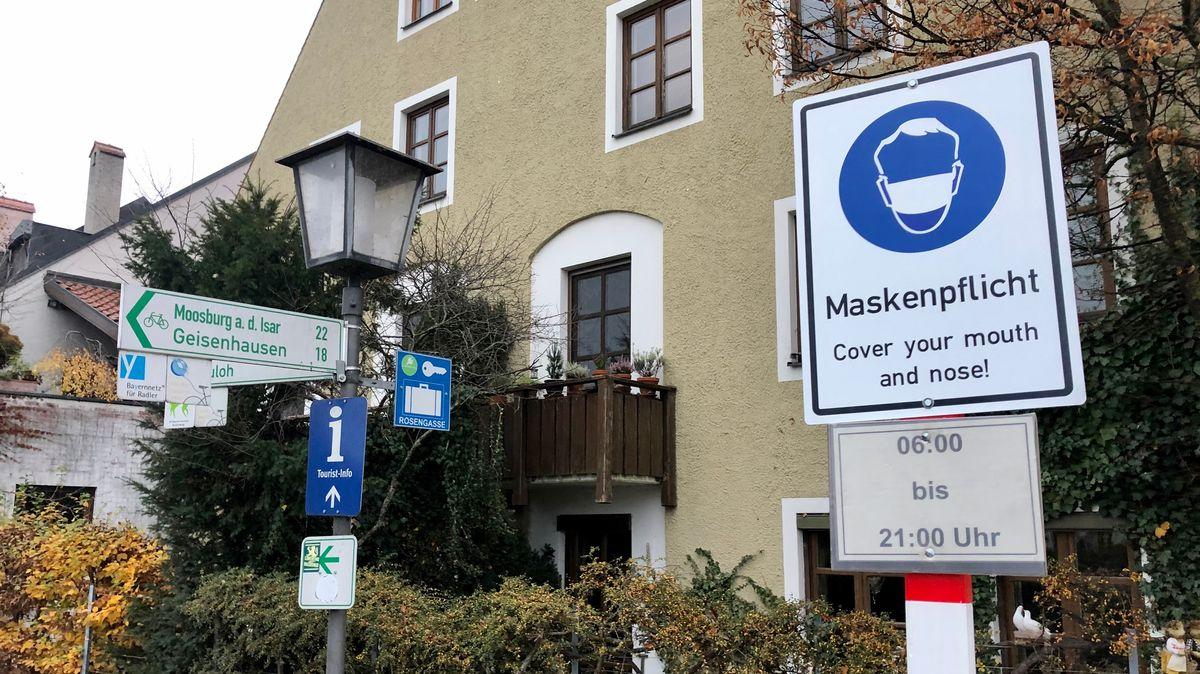 Hinweis auf Maskenpflicht an einem Eingang zur Landshuter Altstadt