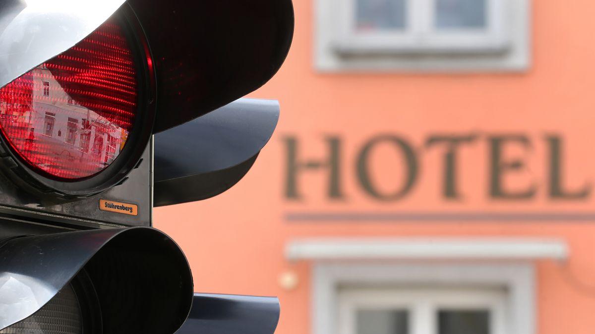 Rote Ampel vor einem Hotel