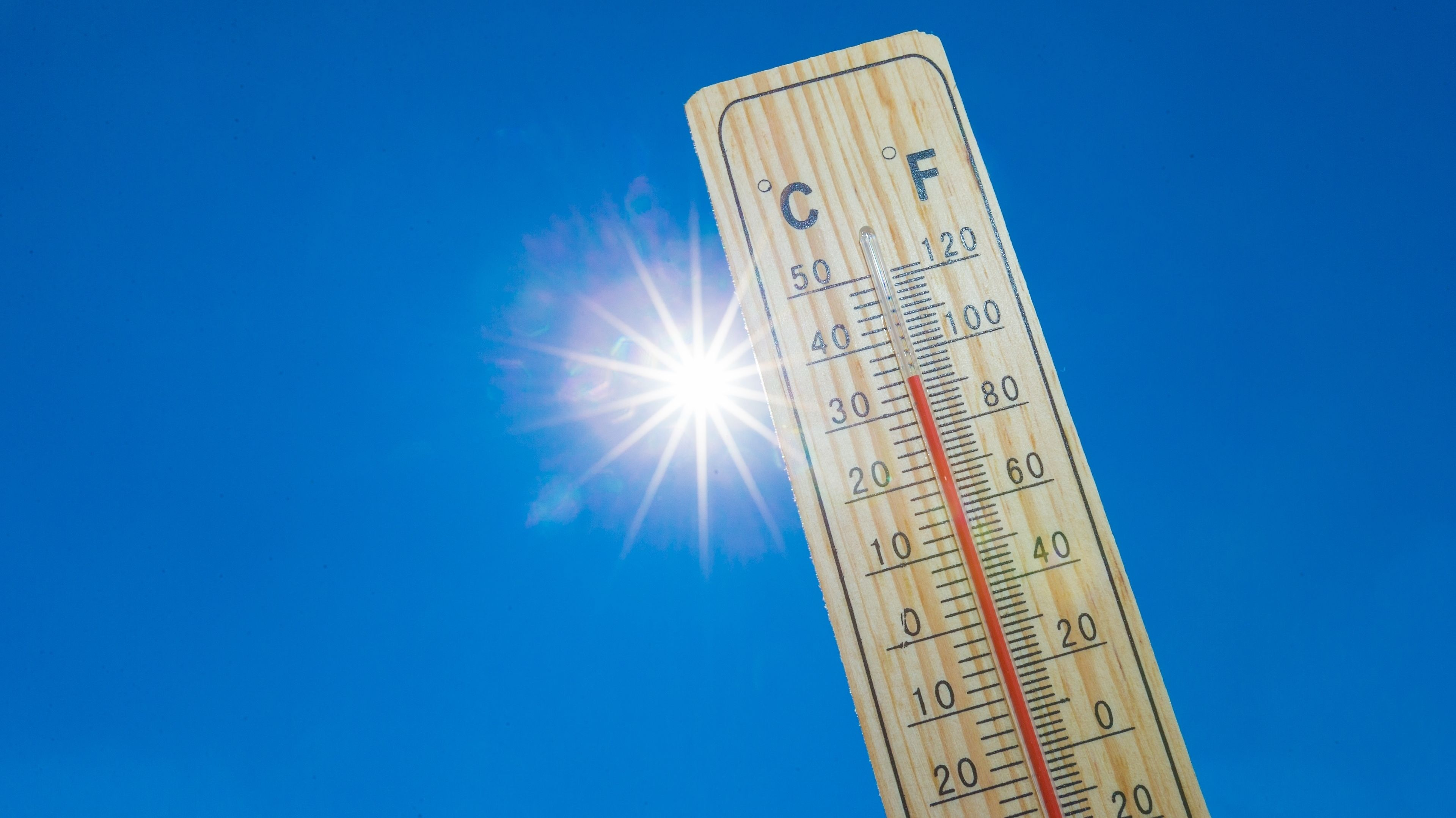 Ein Termometer zeigt deutlich über 30 Grad an (Symbolbild)