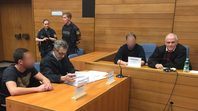Die beiden Angeklagten mit ihren Anwälten kurz vor der Urteilsverkündung im Landgericht Traunstein