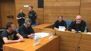 Die beiden Angeklagten mit ihren Anwälten kurz vor der Urteilsverkündung im Landgericht Traunstein | Bild:BR/Martin Binder