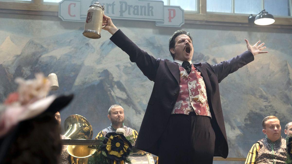 Mišel Matičević als Nürnberger Gastronom Curt Prank auf der Bühne seines Oktoberfestzeltes.