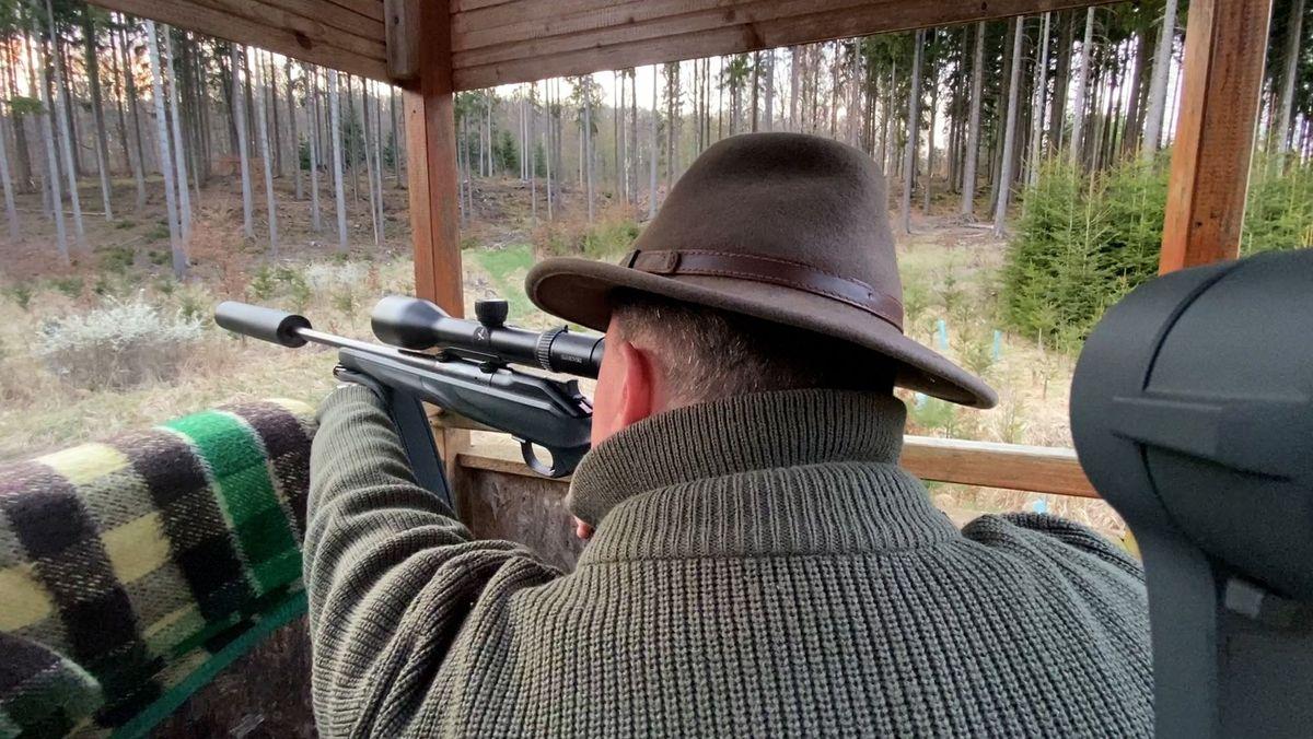 Jäger Heiko Stölzner hält Ausschau nach Wild
