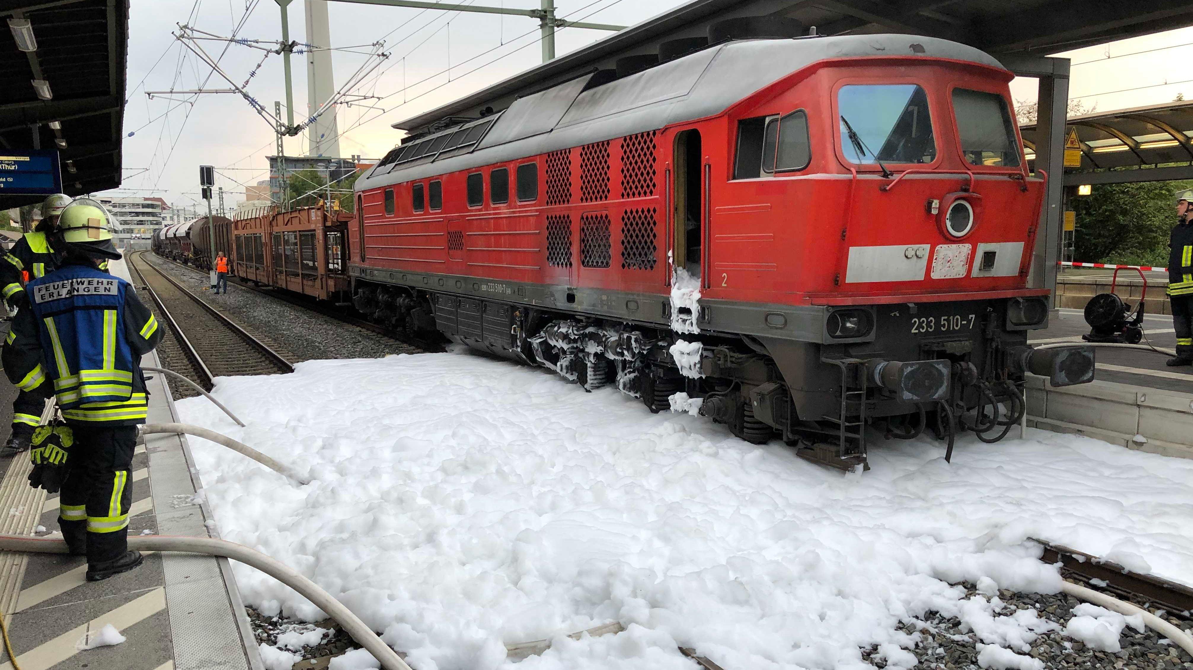 Feuerwehr löscht brennende Lokomotive in Erlangen
