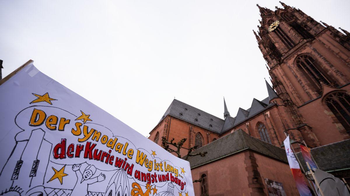 """""""Der Synodale Weg ist lang - der Kurie wird Angst und Bang"""", ist auf einem Transparent vor dem Dominikanerkloster in Frankfurt zu lesen."""