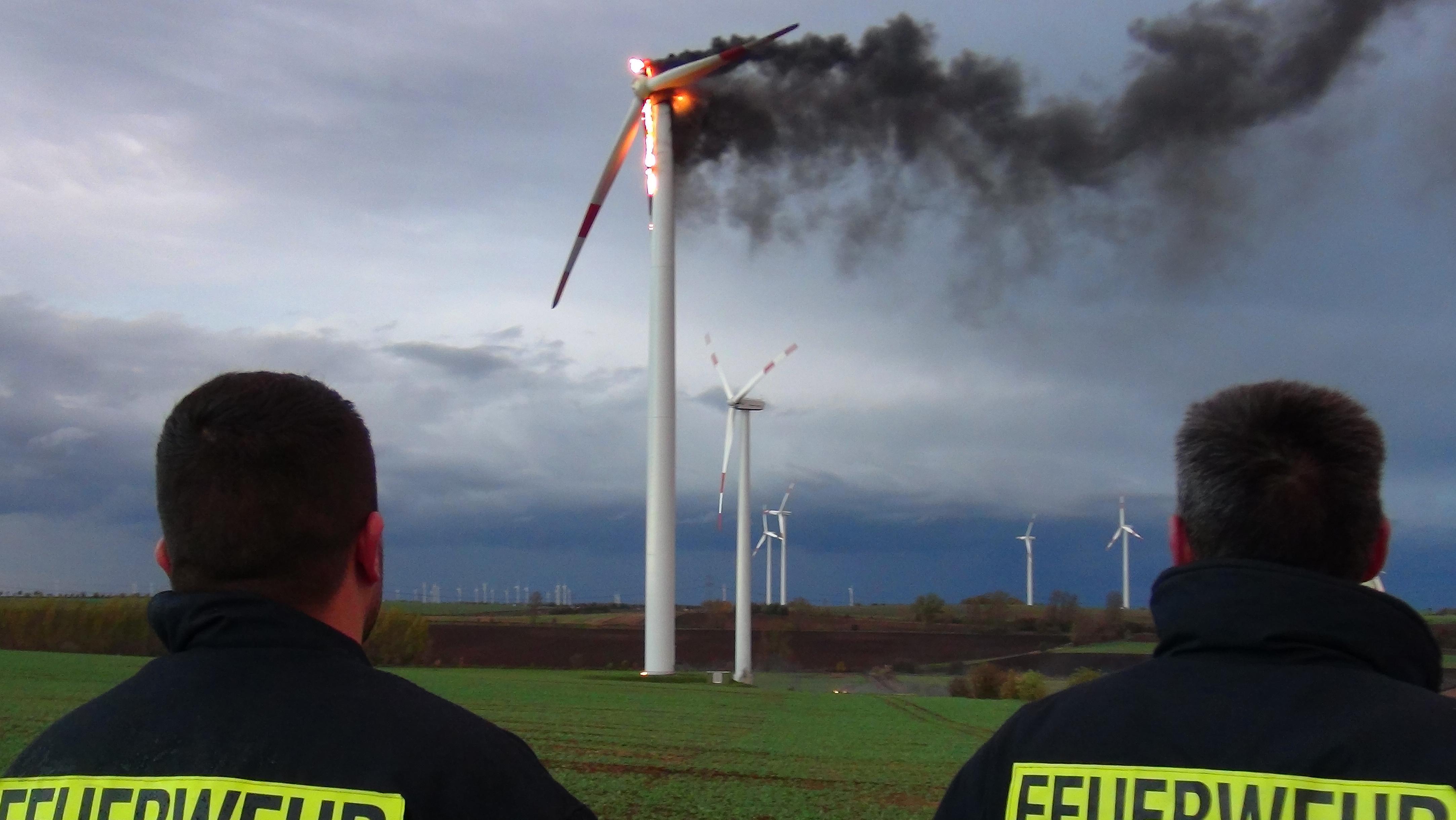 Ein Windrad brennt am auf einem Acker im Bördekreis (Sachsen-Anhalt), rund 20 Kilometer westlich von Magdeburg.