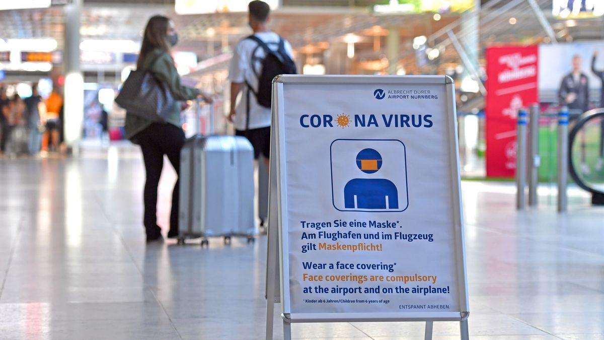 Aufsteller mit dem Hinweis auf Maskenpflicht wegen Corona. Kostenlose Corona Tests an deutschen Flughaefen,so wie hier am Albrecht Duerer Airport in Nuernberg am 01.08.2020.