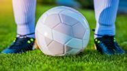 Symbolbild: Fußball und Fußballschuhe   Bild:colourbox.com
