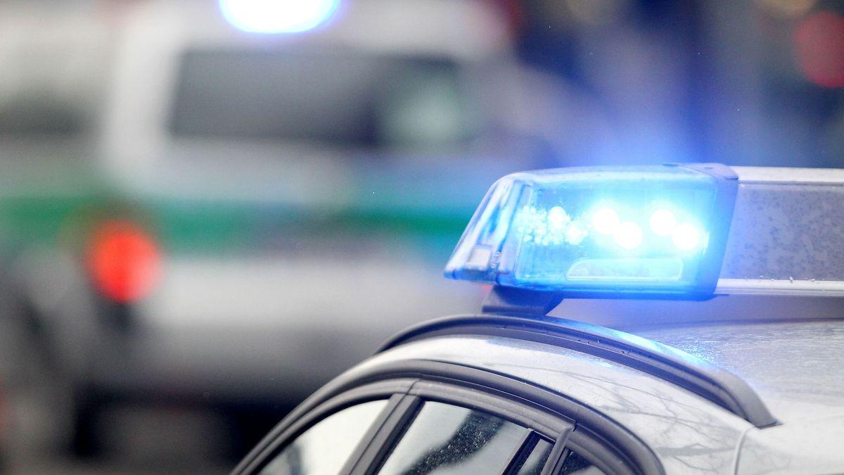 Blaulicht an einem Polizeiauto (Symbolbild)
