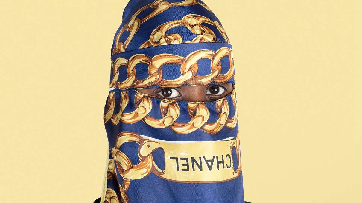 Foto eines Menschen mit Chanel-Niqab