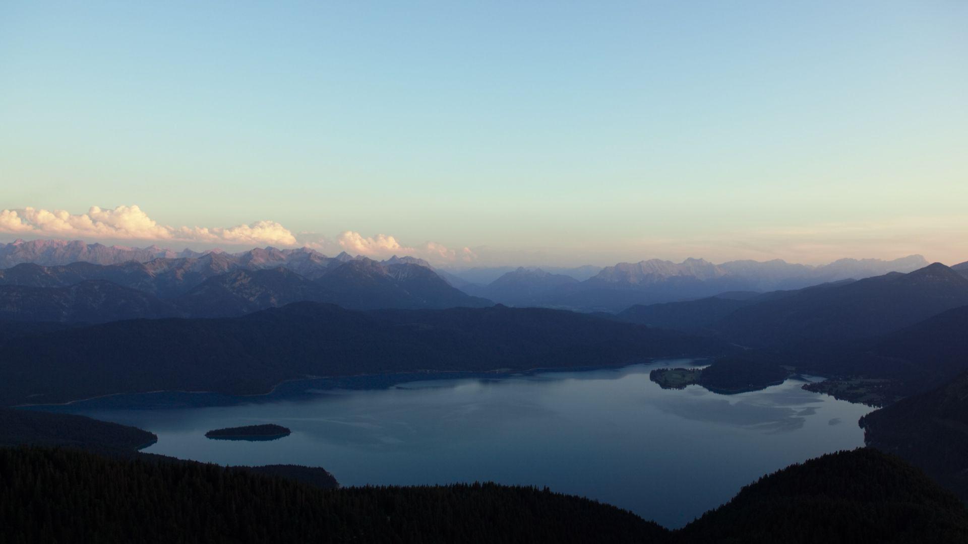 """Filmbild aus """"Walchensee Forever"""": Totale vom Walchensee, Luftaufnahme, im Hintergrund Bergketten und Himmel"""
