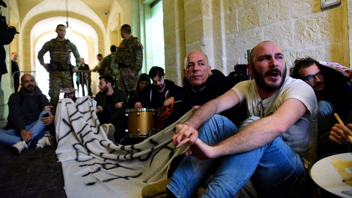 Demonstranten nach der Erstürmung des Amtssitzes