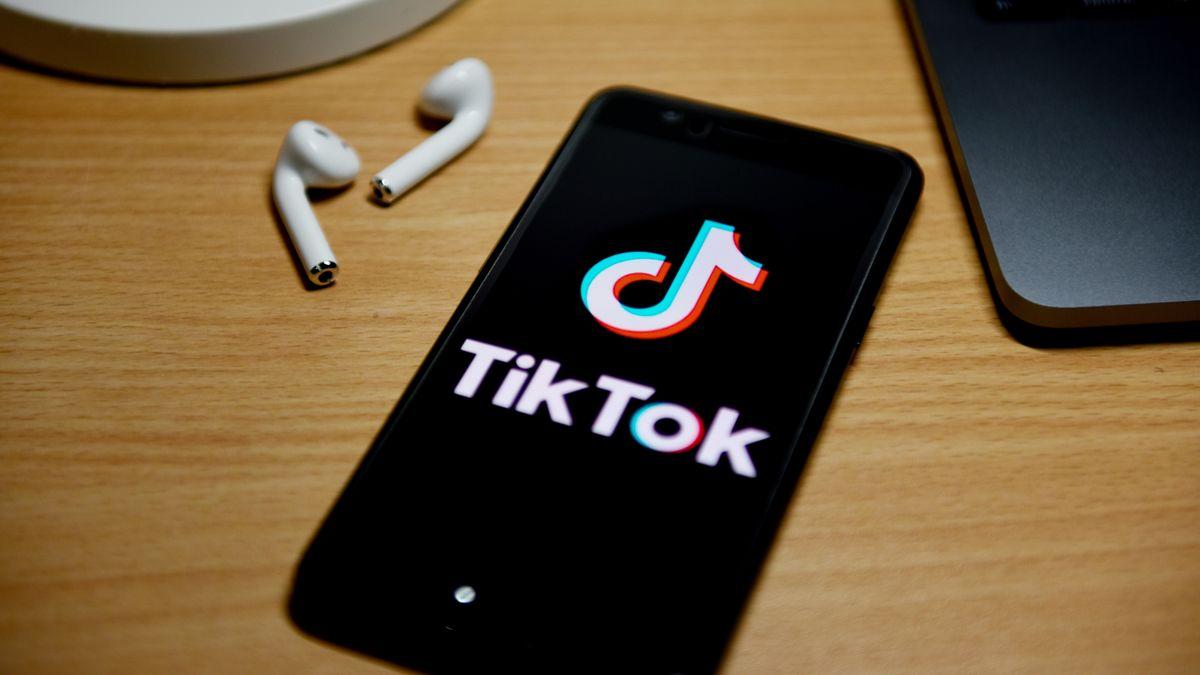 TikTok-Logo auf einem Smartphone.
