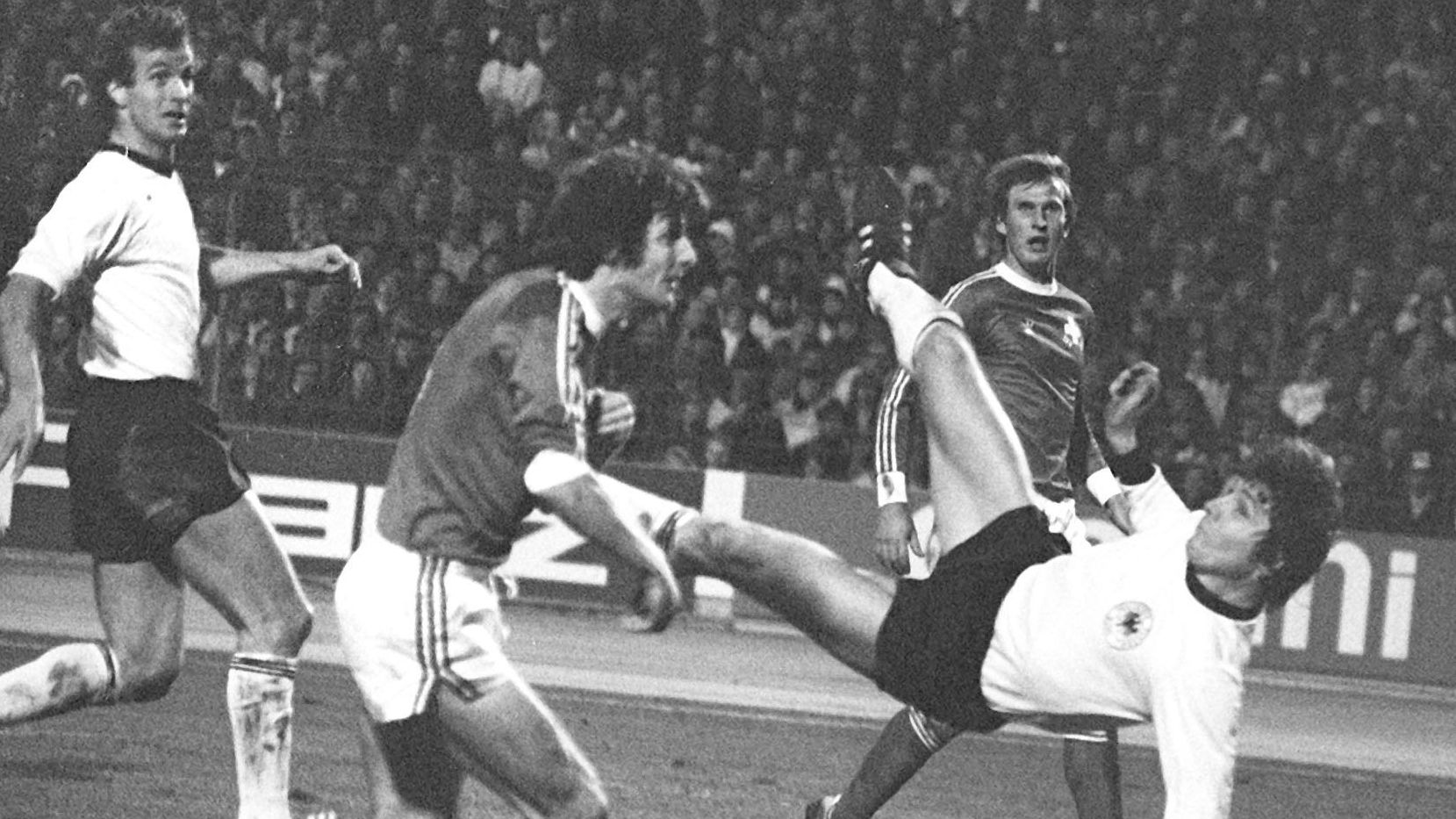 Der deutsche Nationalspieler Klaus Fischer (r) erzielt mit einem Fallrückzieher das 4:1 gegen die Schweiz.