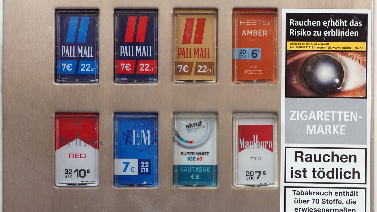 Zigarettenautomat mit Schockbildern und Warnungen, welche Krankheiten durch Tabak verursacht werden können