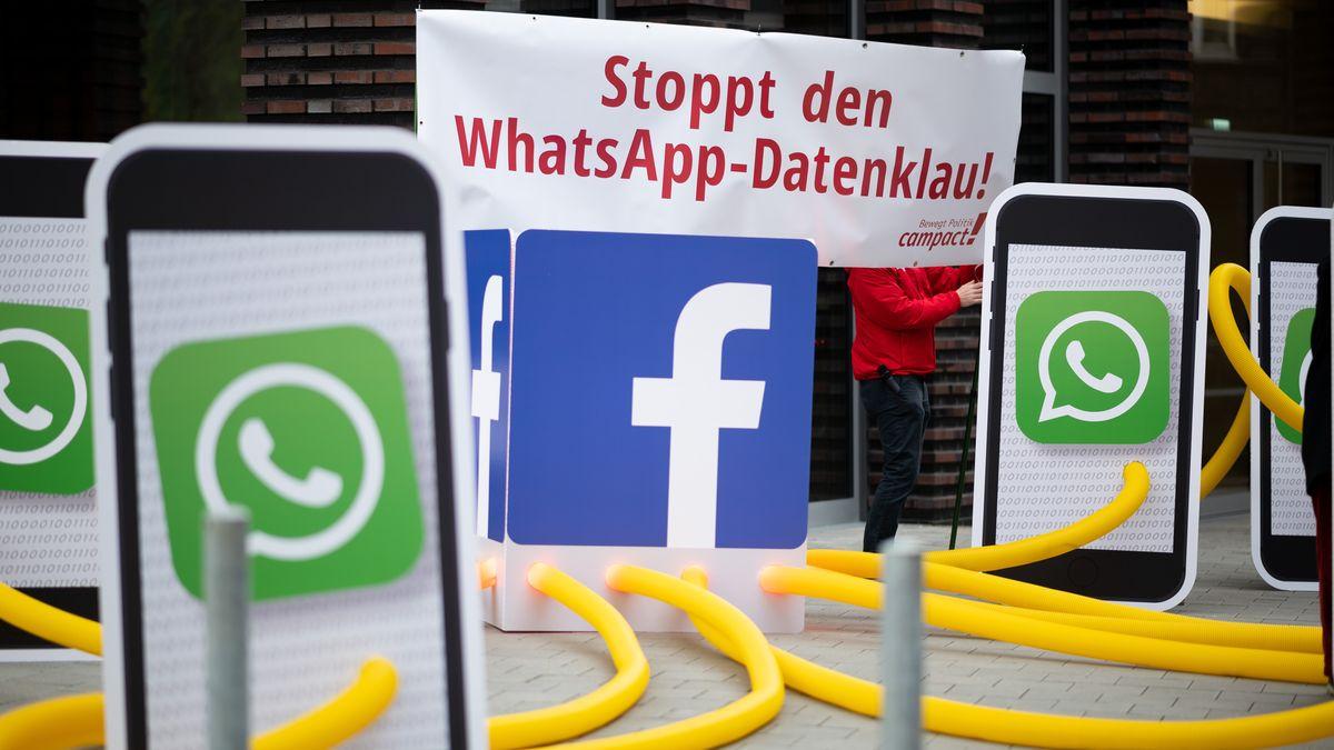 """Aktivisten des Kampagnennetzwerks Campact demonstrieren vor dem Sitz des Internetkonzerns Facebook unter dem Motto """"Stoppt den WhatsApp-Datenklau"""" gegen neue Nutzungsbedingungen der Kommunikations-App """"WhatsApp""""."""