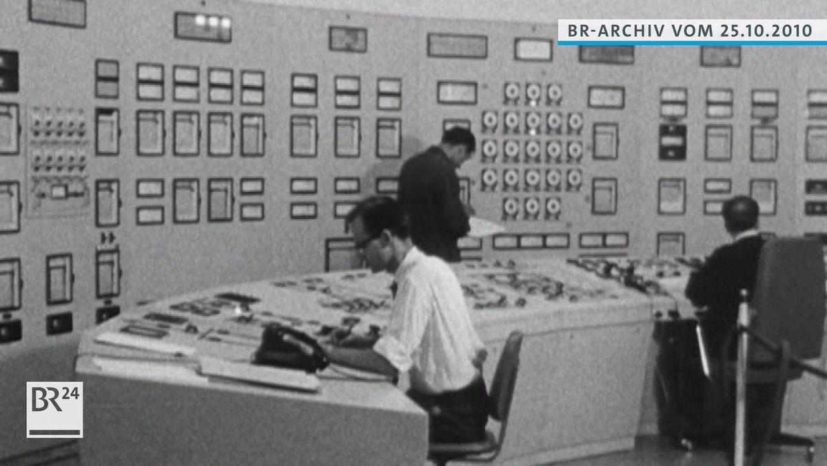 Mitarbeiter im Schaltraum des Versuchsatomkraftwerks