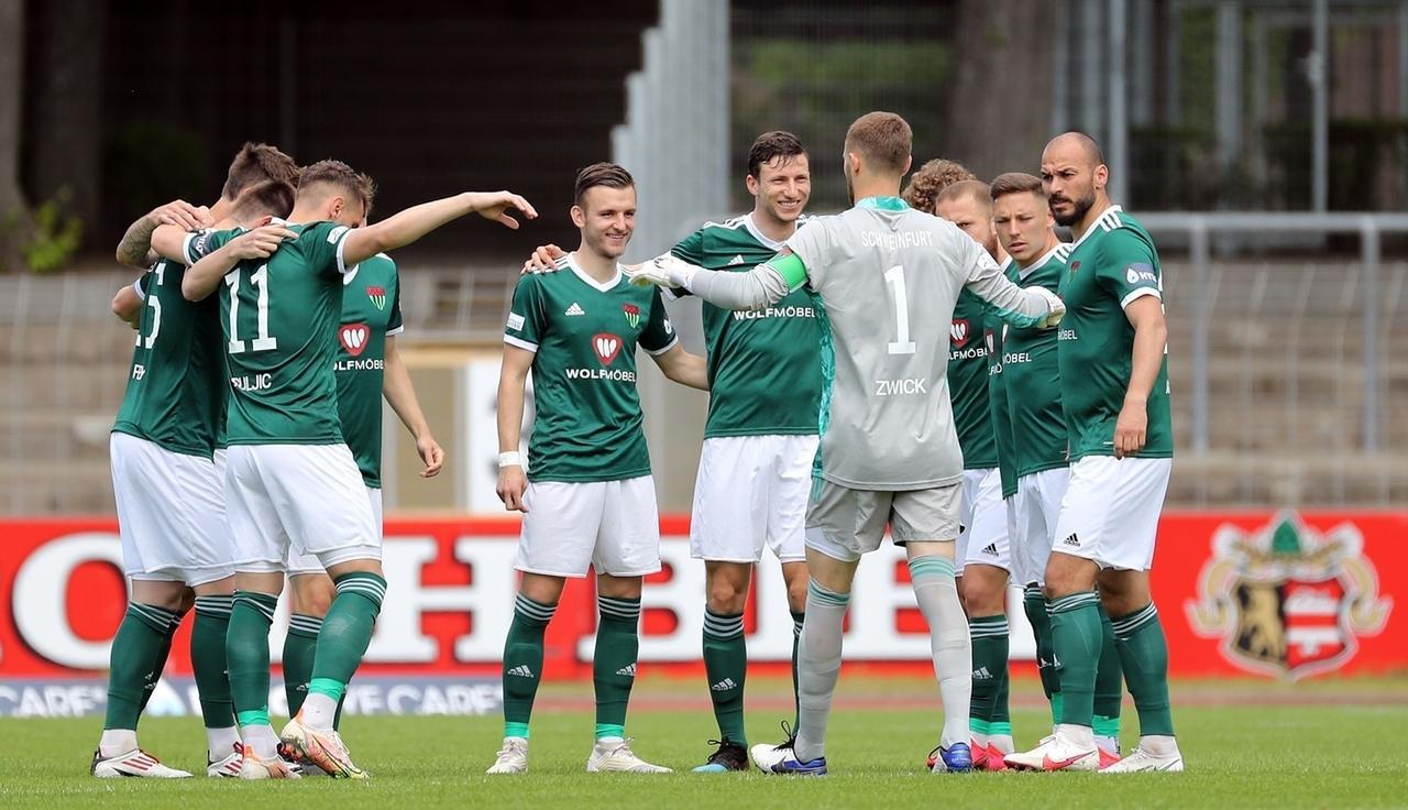 Jubelnde Spieler FC  Schweinfurt 05
