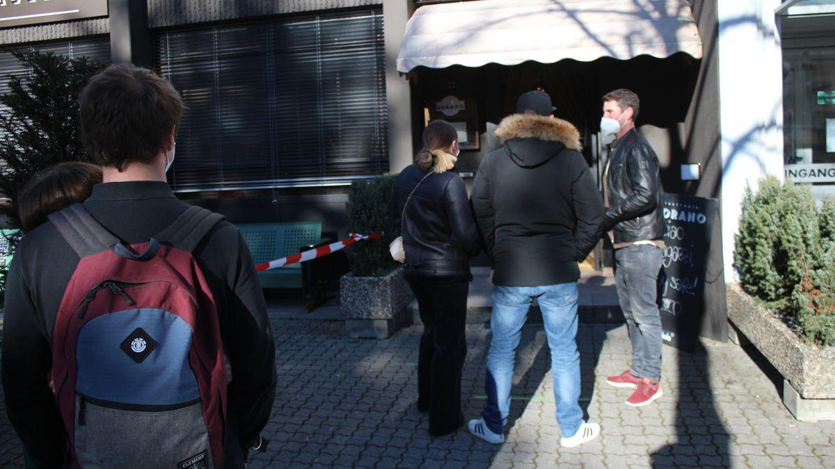 Restaurant-Betreiber Leopold Rollinger kontrollierte auch selbst am Eingang, dass sich maximal zwei Personen gleichzeitig im Laden aufhielten.