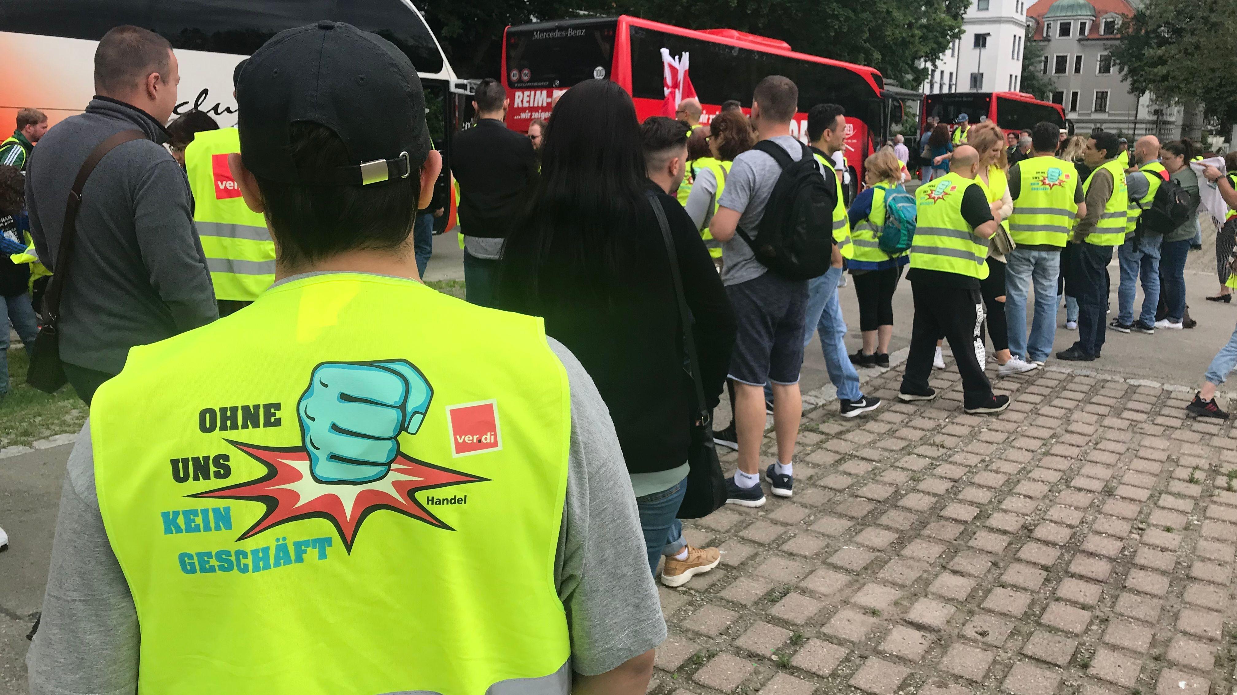 Ein Streikteilnehmer mit gelber Warnweste.