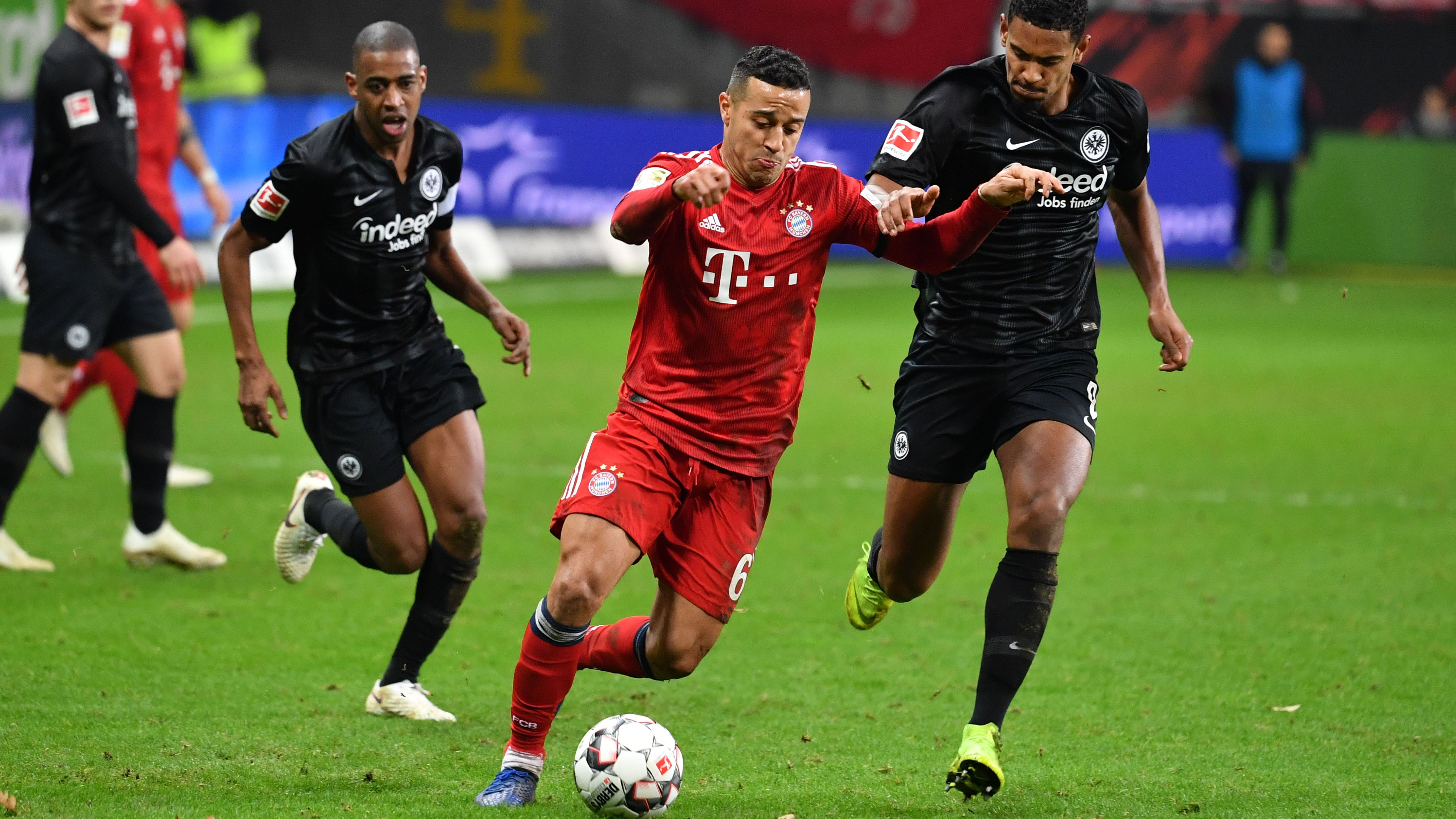 Thiago ALCANTARA (FCB) gegen Sebastian HALLER (Eintracht Frankfurt) und Obite N`DICKA (NDICKA).