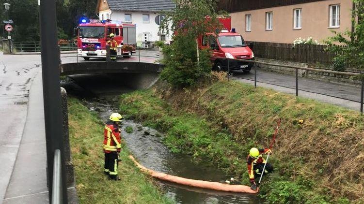 Die Feuerwehr bindet den Ölfilm im Roßbach