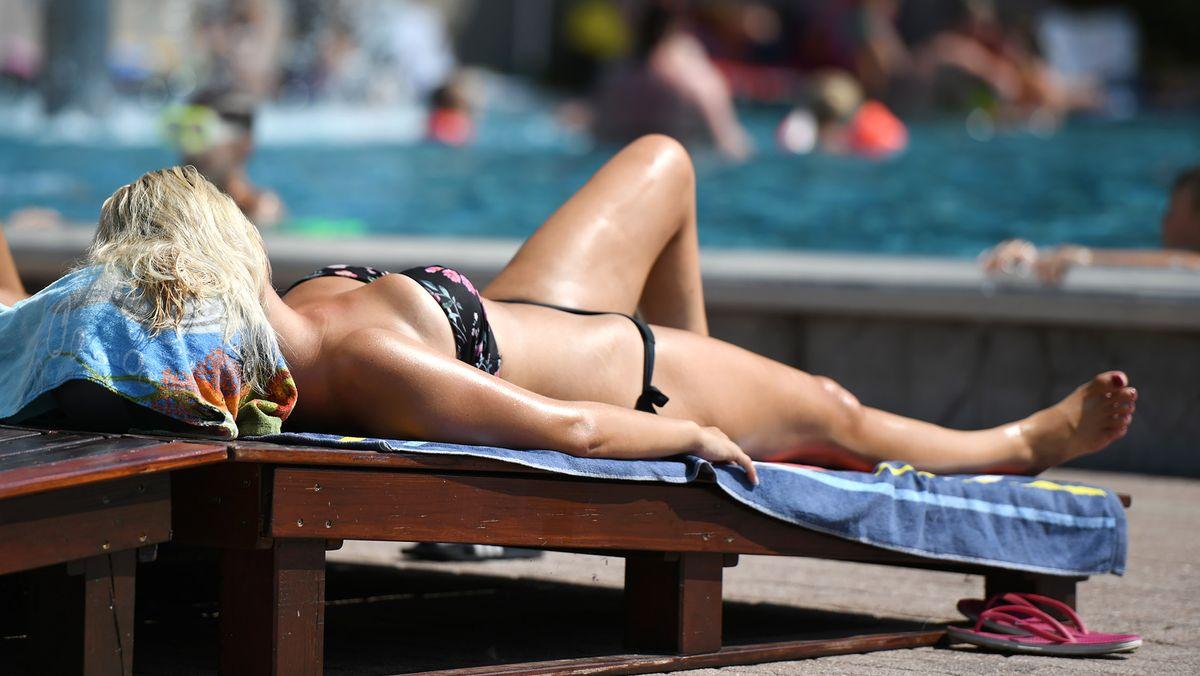 Gerade bei Temperaturen über 30 Grad Celsius steigt die Gefahr für einen Sonnenstich oder sogar einen Hitzschlag.