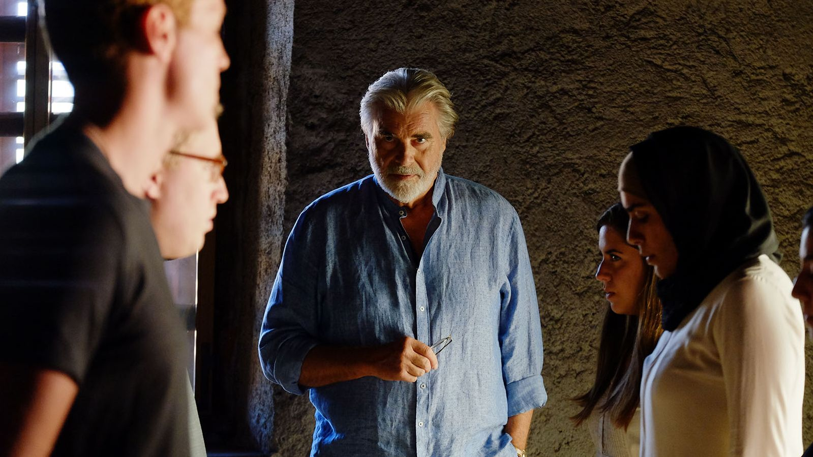 """Peter Simonischek steht in dem Film """"Crescendo"""" zwischen zwei palästinensischen und israelische Musikern"""