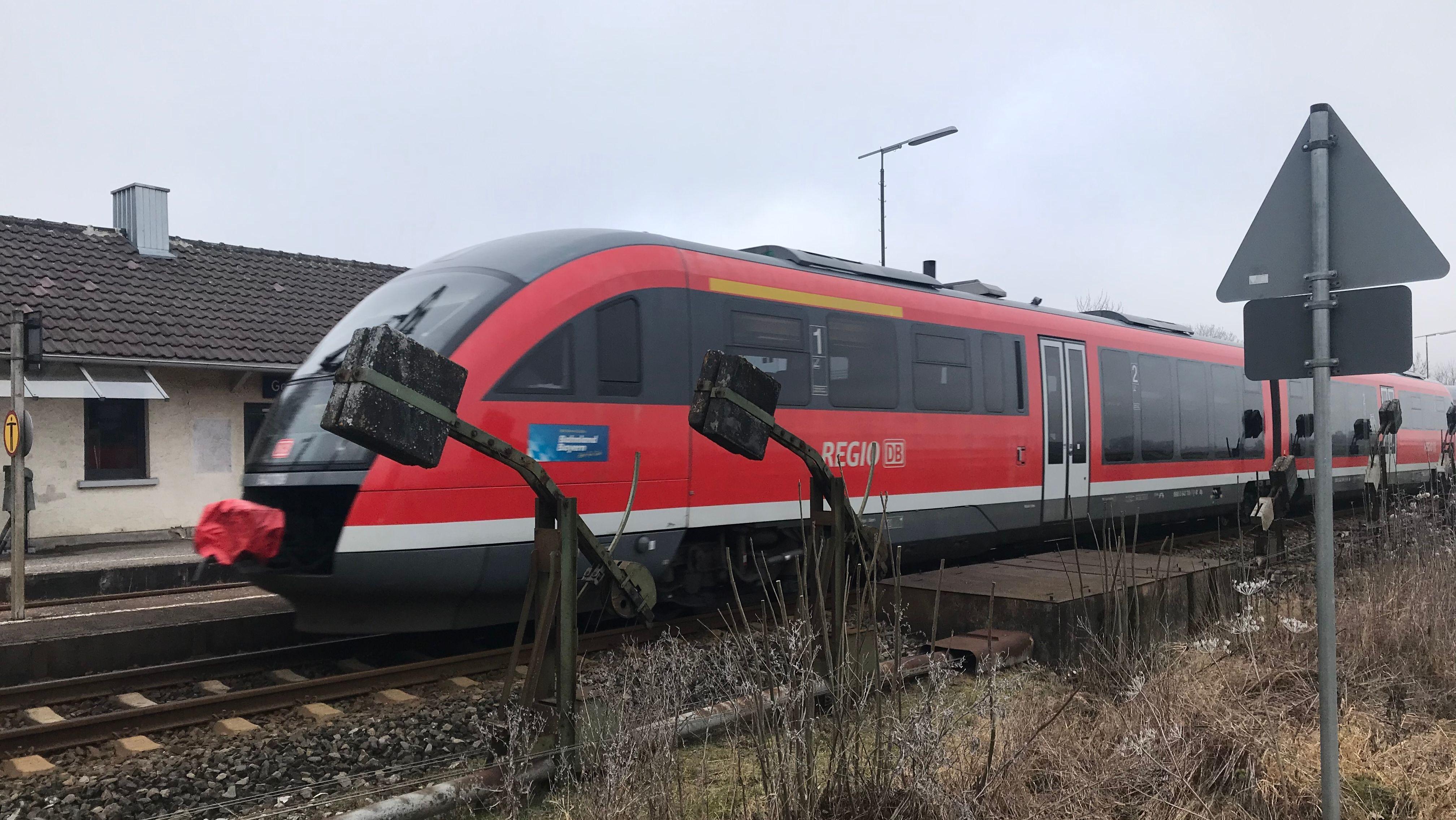 """Ist bald als """"Regio-S-Bahn"""" unterwegs und hält dann auch: Die Illertalbahn am Bahnhof Gerlenhofen."""