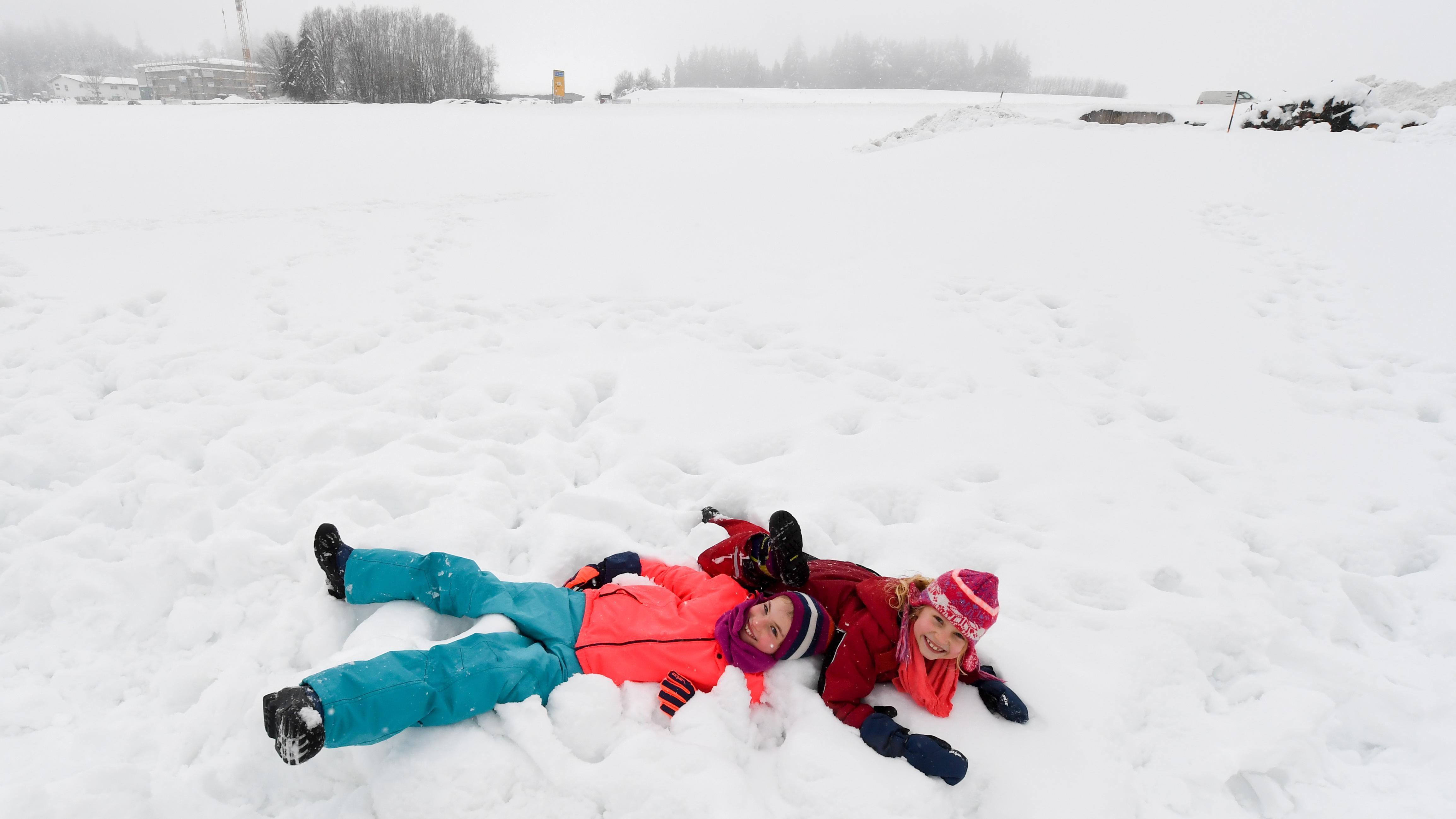Traunstein: Marissa (links, 10 Jahre) und Mariella (8) spielen im Schnee.