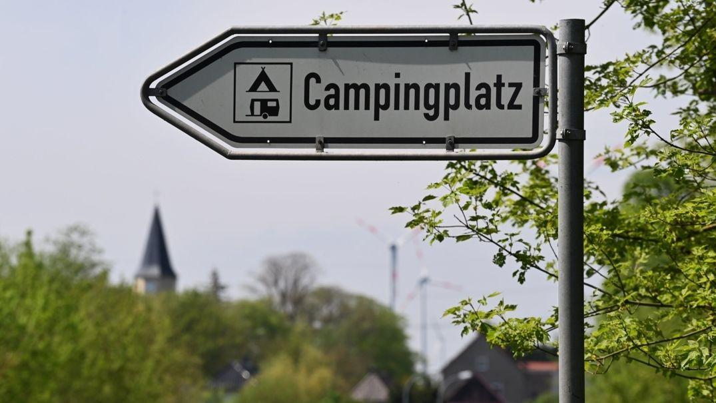 Ein Schild weist den Weg zu einem Campingplatz.