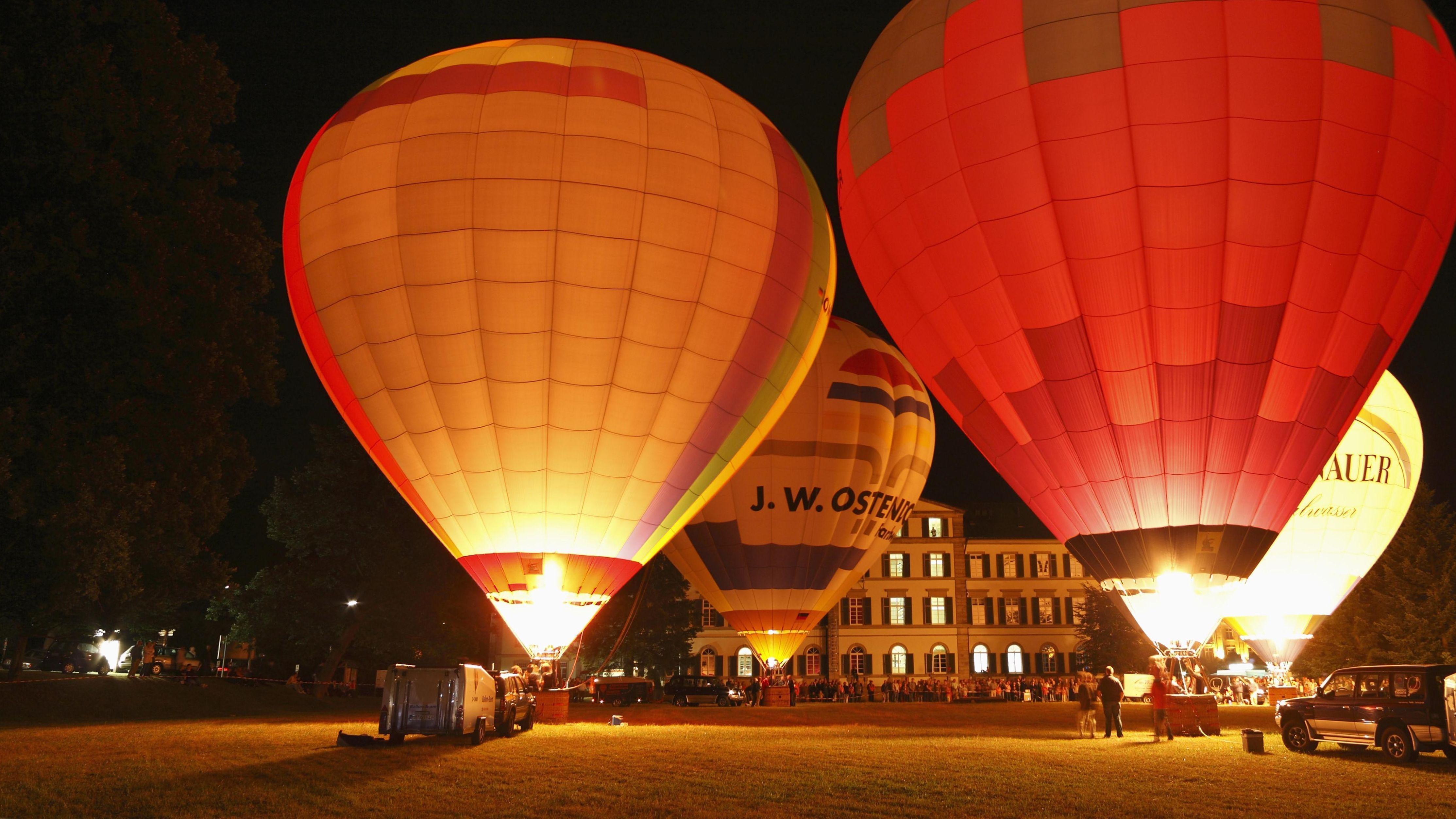 Leuchtende Heißluftballone bei Nacht
