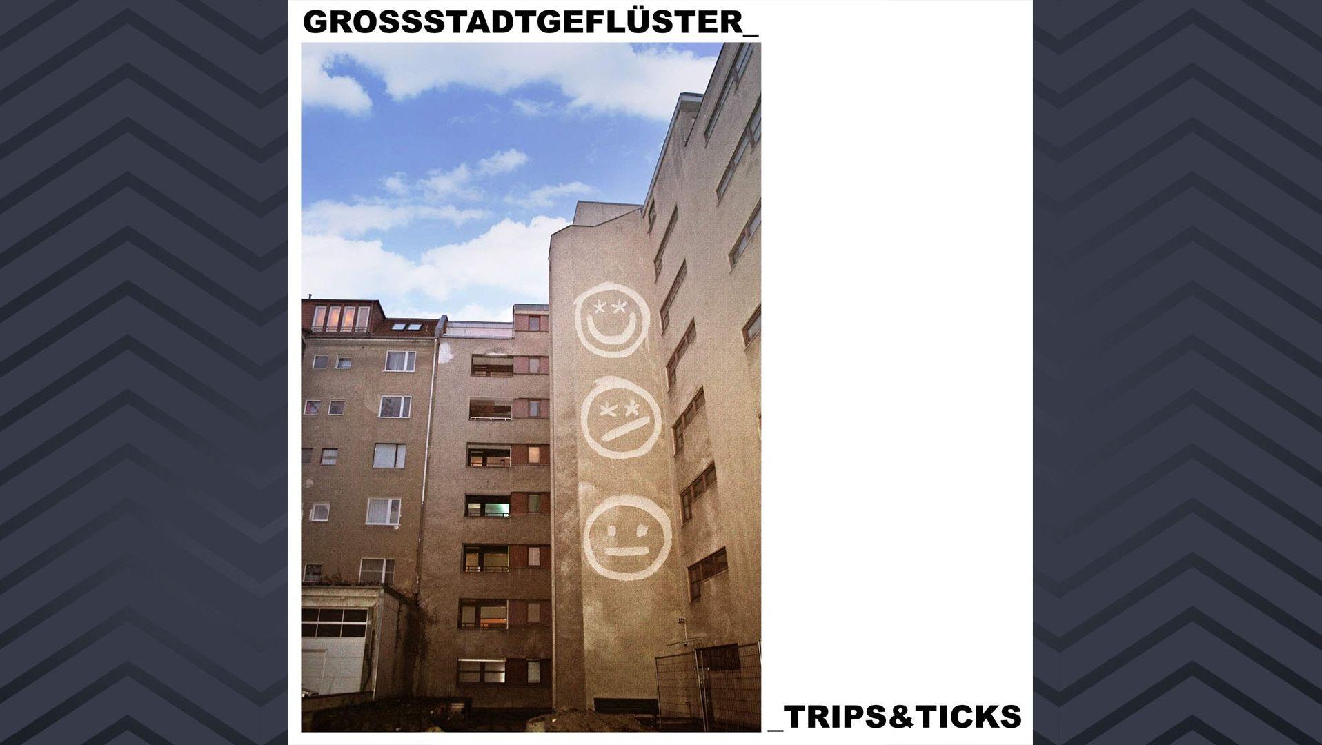 """Albumcover """"Trips und Ticks"""" von Großstadtgeflüster: Hinterhof mit großen Smileys an einer Hauswand"""