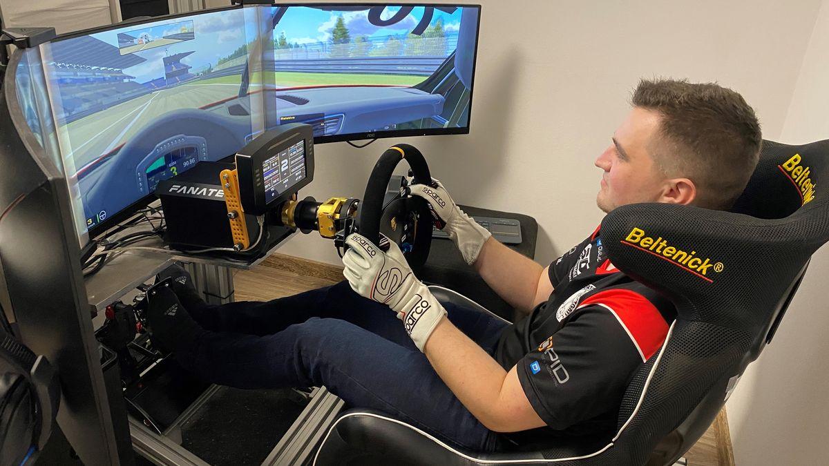 Marcel Schramm an seinem Fahrsimulator. Hier fährt er virtuelle Autorennen.